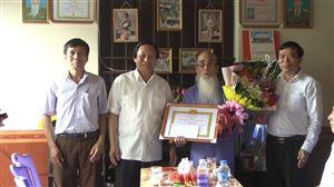 Đồng chí Vi Trọng Lễ - UVBTV Tỉnh ủy - Phó Chủ tịch Thường trực HĐND tỉnh trao tặng Huy hiệu 70 năm tuổi Đảng tại huyện Thanh Thủy