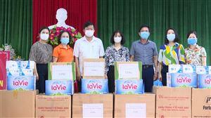 Hội LHPN tỉnh, huyện và Câu lạc bộ Nữ kinh doanh huyện trao tặng nhu yếu phẩm cho BCĐ phòng, chống Covid-19 xã Tu Vũ