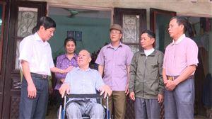 Hội nạn nhân chất độc Da cam Điôxin huyện Thanh Thủy trao xe lăn cho hội viên