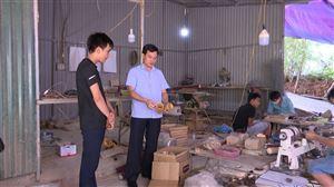 Đồng chí Phó Bí thư Thường trực Huyện ủy - Chủ tịch HĐND huyện tham quan mô hình sản xuất sản phẩm từ tre