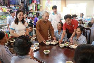 Bữa cơm trưa miễn phí tại Trung tâm Y tế huyện Thanh Thủy