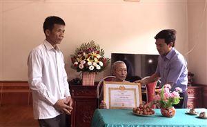 Trao tặng huy hiệu 70 năm tuổi Đảng cho đảng viên Trần Văn Công xã Tân Phương
