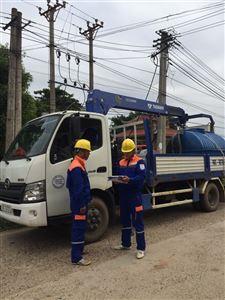 Điện lực Thanh Thủy áp dụng công nghệ rửa sứ hotline trên đường dây trung áp đang mang điện.