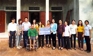 """Bàn giao nhà """"Mái ấm tình thương"""" cho hội viên Nguyễn Thị Hồng Mạnh, khu 12 xã Đào Xá"""