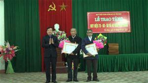 Đảng ủy xã Yến Mao tổ chức trao Huy hiệu Đảng