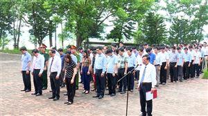 Thanh Thuỷ tổ chức dâng hương tại Nhà bia ghi tên tưởng niệm liệt sỹ, Mẹ Việt Nam anh hùng