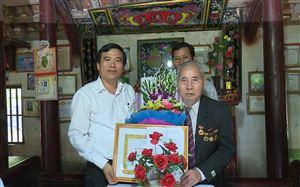 Đồng chí Nguyễn Minh Tường - TUV - Bí thư huyện ủy trao tặng huy hiệu 60, 70 năm tuổi Đảng cho các đảng viên ...