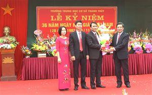 Các đồng chí lãnh đạo huyện chúc mừng cán bộ, giáo viên nhân ngày Nhà giáo Việt Nam