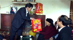 Đồng chí Phạm Xuân Khai - UVBTVTU - Trưởng ban Nội chính Tỉnh ủy trao quà Tết tại huyện Thanh Thủy