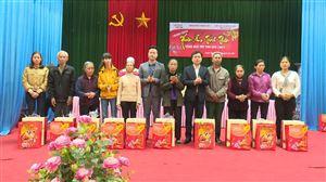 100 suất quà Tết được trao cho các hộ gia đình nghèo tại xã Sơn Thủy