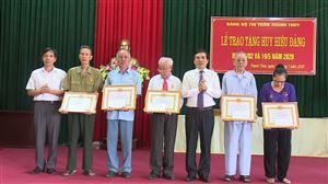 Bí thư Huyện ủy trao tặng Huy hiệu Đảng cho đảng viên Đảng bộ thị trấn Thanh Thủy