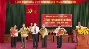 Bí thư Huyện ủy trao huy hiệu Đảng tại thị trấn Thanh Thủy