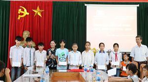 Hội Khuyến học tỉnh phối hợp với Quỹ học bổng Lá Xanh trao học bổng cho 20 học sinh nghèo