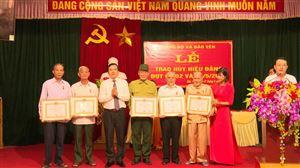 Đảng bộ xã Bảo Yên trao Huy hiệu Đảng cho 12 đảng viên