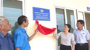 LĐLĐ huyện trao tiền hỗ trợ cho Trường Tiểu học Trung Nghĩa và Trường THCS Tân Phương