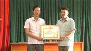 BHXH huyện trao bằng khen của Tổng Giám đốc BHXH Việt Nam cho trường THPT Trung Nghĩa