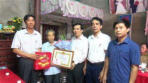 Bí thư Huyện ủy Thanh Thủy trao tặng huy hiệu 60, 65 năm tuổi Đảng