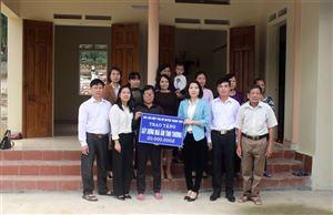 """Bàn giao nhà """"Mái ấm tình thương"""" cho chị Phạm Thị Chung ở khu 10 xã Yến Mao"""