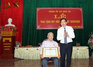 Bí thư Huyện ủy Thanh Thủy trao tặng Huy hiệu Đảng cho 14 đảng viên thuộc Đảng bộ xã Đào Xá