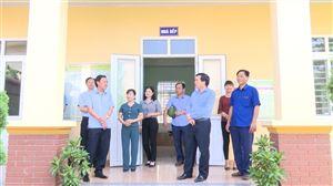 Đồng chí Nguyễn Minh Tường – TUV - Bí thư Huyện ủy kiểm tra cơ sở vật chất trước ngày khai giảng năm học mới