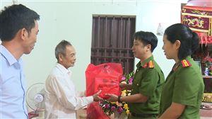 Bộ Công an tặng quà Mẹ Việt Nam Anh hùng Hoàng Thị Tuyên