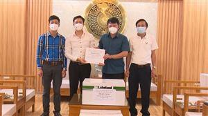 Công ty CP Dược phẩm và Đầu tư quốc tế An Phát tặng khẩu trang, quần áo đặc chủng để phòng, chống Covid-19 cho huyện Thanh Thủy