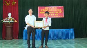 UBND huyện biểu dương, khen thưởng cho em Đinh Văn Tân dũng cảm cứu 2 em nhỏ bị đuối nước