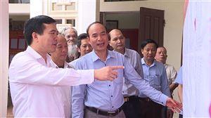Đồng chí Bí thư Huyện ủy Nguyễn Minh Tường kiểm tra công tác chuẩn bị bầu cử tại xã Xuân Lộc