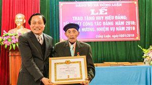 Đồng chí Vi Trọng Lễ - Phó Chủ tịch TT HĐND tỉnh dự và trao tặng Huy hiệu 70 năm tuổi Đảng tại huyện Thanh Thủy