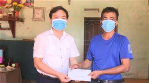 Đồng chí Nguyễn Văn Thanh – UV BTV Huyện ủy, Chủ tịch UB MTTQ huyện thăm và trao tiền giúp đỡ 2 gia đình tại Tu Vũ