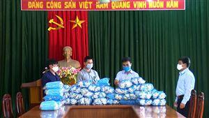 Anh Phan Quang Vinh may khẩu trang vải kháng khuẩn phát miễn phí cho người dân