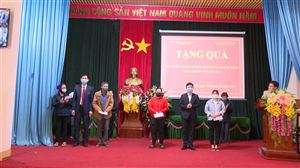 30 suất quà Tết được trao cho các hộ gia đình nghèo tại xã Hoàng Xá