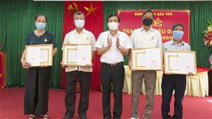 Bí thư Huyện ủy trao tặng huy hiệu Đảng cho 4 đảng viên Đảng bộ xã Bảo Yên