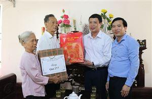 Trưởng Ban Tuyên giáo Tỉnh ủy Bùi Đình Thi thăm và tặng quà các gia đình chính sách tại huyện Thanh Thủy