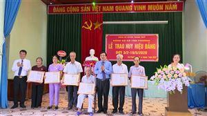Xã Tân Phương tổ chức trao huy hiệu Đảng