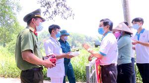 Nhóm Thiện nguyện huyện Thanh Thủy trao 42 suất cơm cho lực lượng nơi tuyến đầu chống dịch tại xã Tân Phương