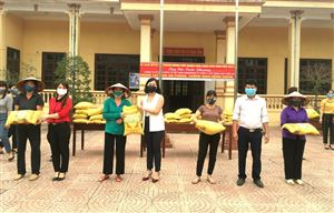 Xã Thạch Đồng tiếp nhận và trao tặng 1,2 tấn gạo cho hộ nghèo