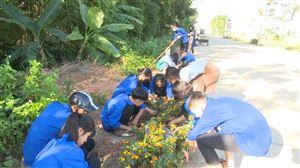 Xã Đồng Trung ra quân trồng hoa ven đường