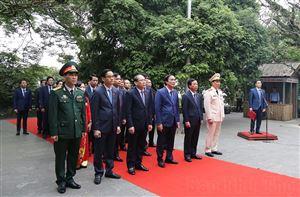 Đoàn đại biểu dự Đại hội đại biểu Đảng bộ tỉnh dâng hương tưởng niệm các Vua Hùng
