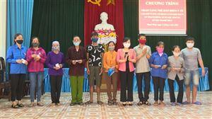 Đồng chí Nguyễn Thị Thanh Huyền – Trưởng Ban Dân vận Tỉnh ủy làm việc và trao thẻ BHYT tại Thanh Thủy