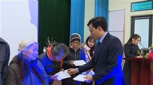 Ngân hàng NN&PTNT Việt Nam Chi nhánh Phú Thọ trao tặng 140 suất quà Tết