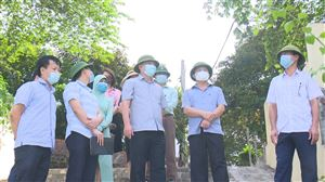 Đồng chí Phó Chủ tịch UBND tỉnh Phan Trọng Tấn kiểm tra tình hình khai thác cát tại huyện Thanh Thủy.