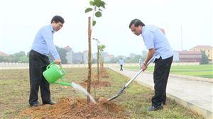 Ban Thường vụ Huyện ủy Thanh Thủy, trồng và chăm sóc cây xanh tại Đền Lăng  Sương và Sân vận động huyện