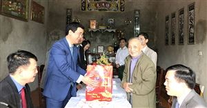 Phó Chủ tịch UBND tỉnh Hồ Đại Dũng trao quà Tết tại Thanh Thuỷ