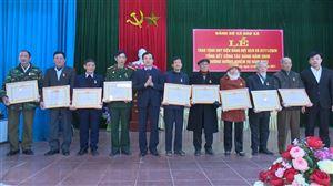 Đồng chí Phó Bí thư TT Huyện ủy Nguyễn Văn Cường trao tặng Huy hiệu Đảng cho 12 đảng viên cao tuổi xã Đào Xá