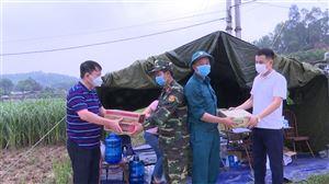 Thăm hỏi, động viên và tặng quà các chốt kiểm soát, khu vực cách ly y tế Covid 19 ở Tân Phương