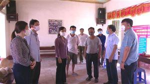 Đồng chí Trưởng Ban Dân vận Tỉnh ủy Nguyễn Thị Thanh Huyền kiểm tra công tác chuẩn bị bầu cử tại huyện Thanh Thủy