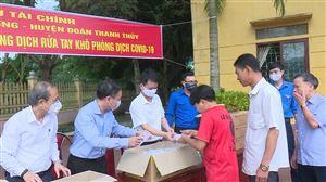 Phát miễn phí khẩu trang và nước rửa tay khô tại xã Tân Phương