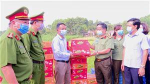 Công an tỉnh tặng quà cho các hộ dân trong khu cách ly tại khu 7 xã Tân Phường và các chốt kiểm soát dịch trên địa bàn huyện