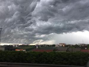 Cảnh báo mưa dông diện rộng và có khả năng xảy ra lốc, sét, mưa đá, gió giật mạnh